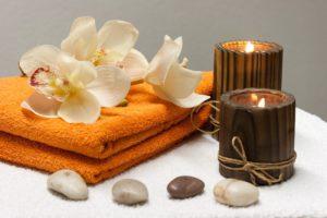 Spa - blommor, handduk, ljus. Produkter som används till spabehandlingar.